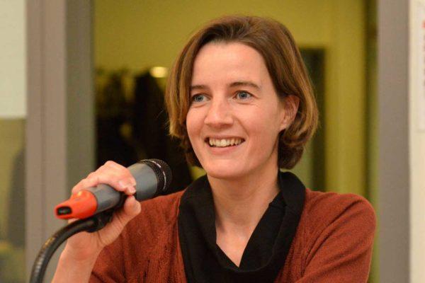 Marie Parvex répondant aux questions de la salle.